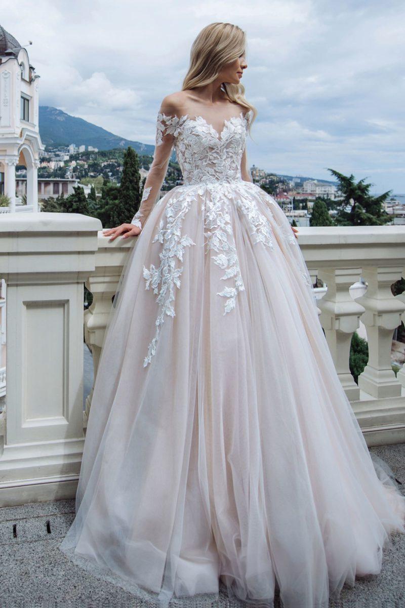 Пышное платье пудрового оттенка с контрастным декором