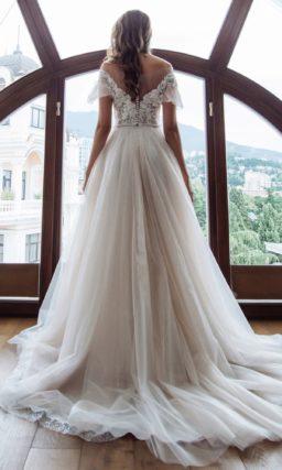 платье с мерцающей юбкой в пудровом оттенке