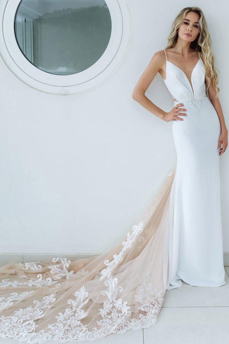 Атласное платье прямого кроя с роскошным пудровым шлейфом