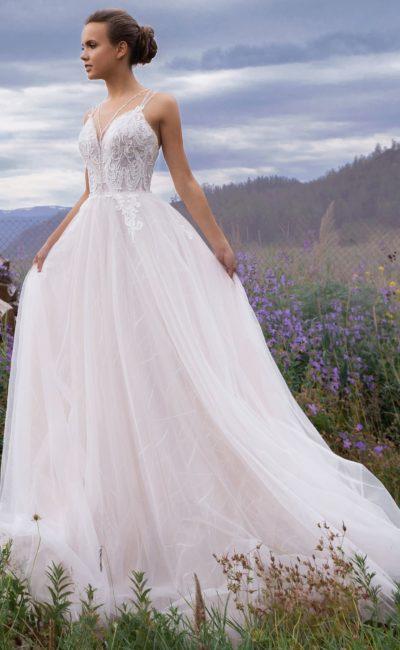 Платье с легким розовым оттенком
