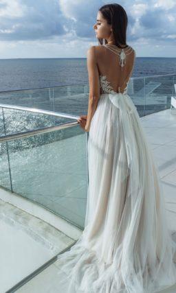Приталенное легкое платье с прямой юбкой и декорированным лифом