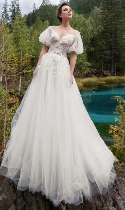 платье оттенка айвори с воздушной юбкой и пышными рукавами