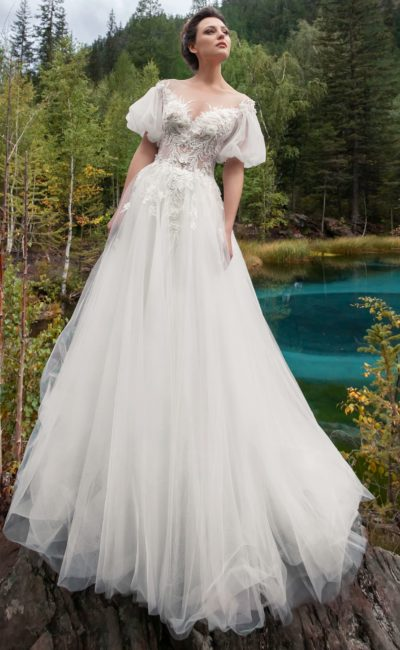 платье оттенка айвори с воздушной юбкой