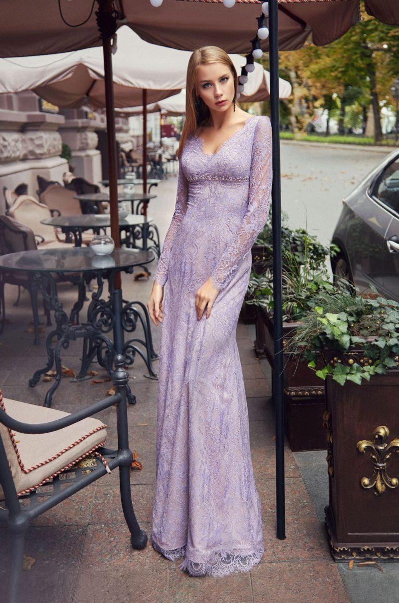 Длинное приталенное вечернее платье из гипюра