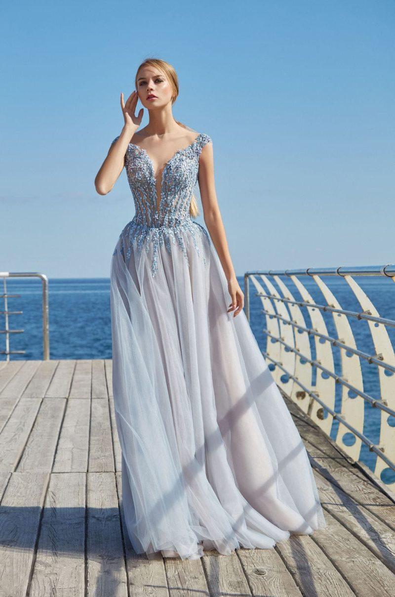 Длинное вечернее платье нежно-голубого цвета