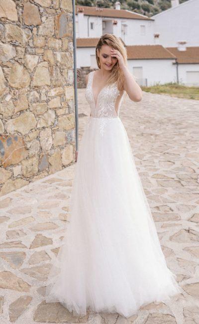 Прелестное свадебное платье с прямым силуэтом
