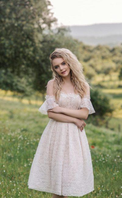 Короткое свадебное платье из гипюра