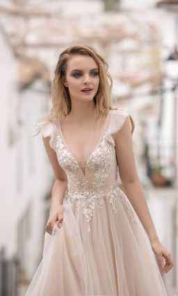Стильное свадебное платье пудрового оттенка