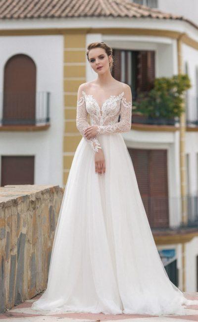 свадебное платье с кружевным закрытым верхом и молочной прямой юбкой в пол