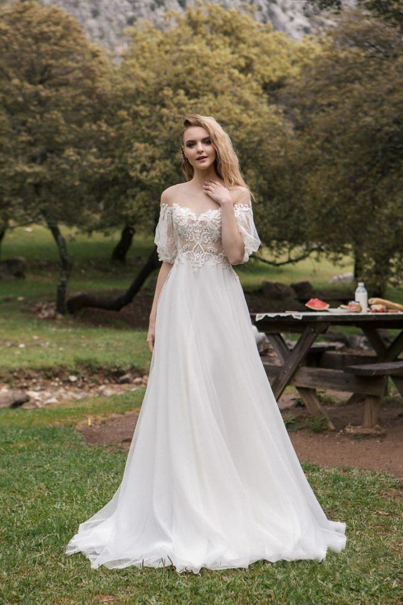 свадебное платье с расшитым верхом и воздушной юбкой