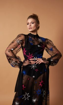 Длинное вечернее платье из прозрачной ткани