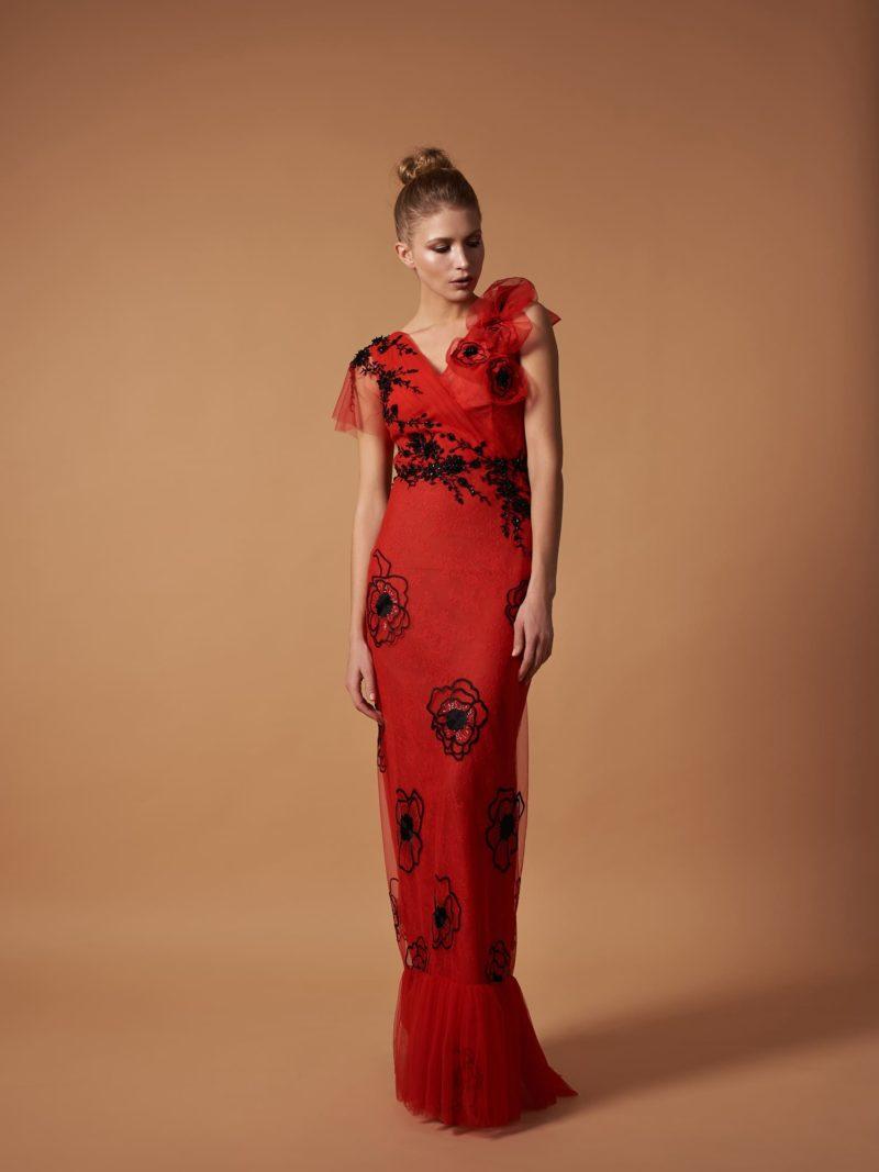 Длинное вечернее платье ярко-красного цвета
