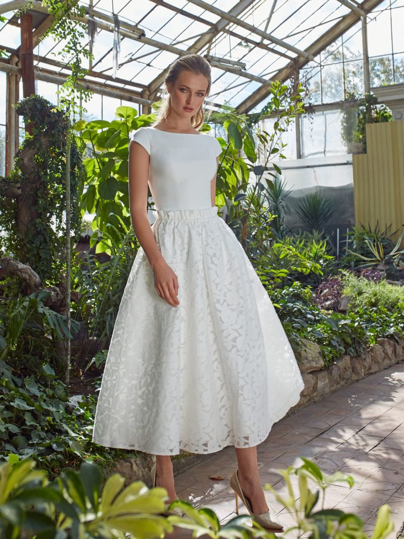 Укороченное свадебное платье в стиле минимализм
