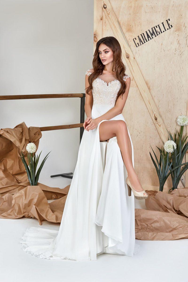 Платье прямого кроя с прозрачным декольте