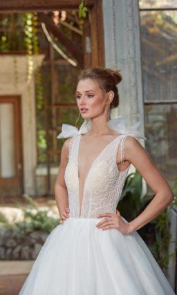Соблазнительное и интригующее платье с расколотым лифом