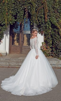Платье с ажурным гипюровым верхом закрывает руки длинными рукавами