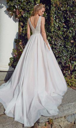 Минималистичное платье А-силуэта с лаконичным кроем