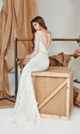 Кружевное платье прямого кроя с декольте