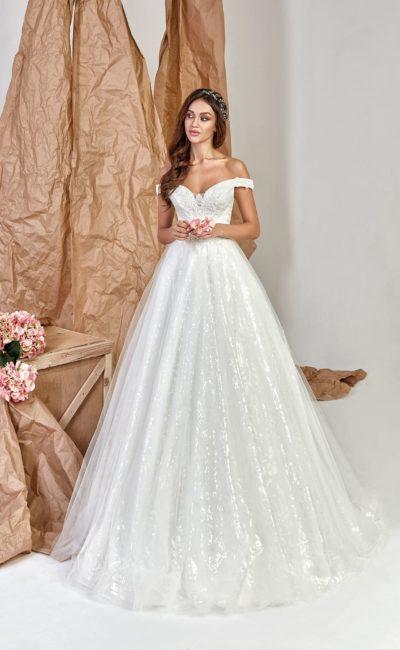 Платье с открытой зоной декольте