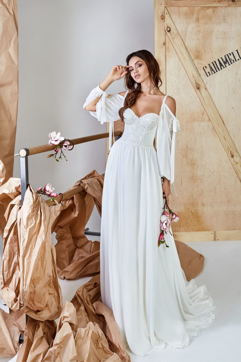 Платье прямого кроя из белоснежного атласа