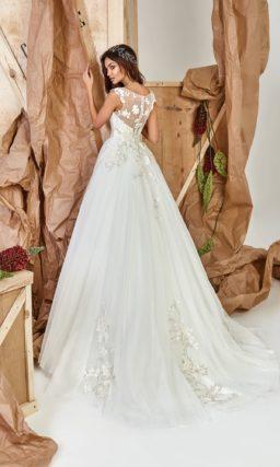 Белоснежное платье силуэта с небольшим шлейфом
