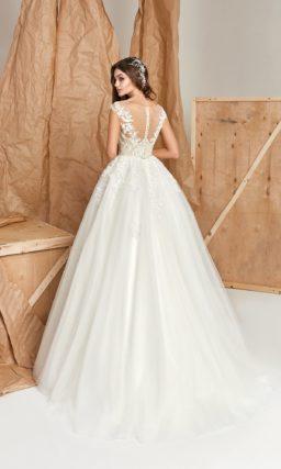 Платье с облегающим лифом и пышной юбкой