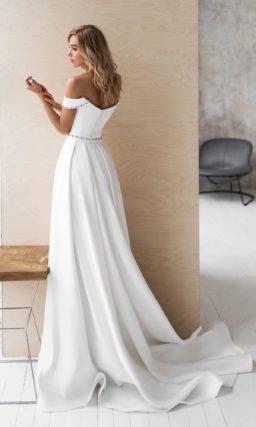 Приталенное атласное платье