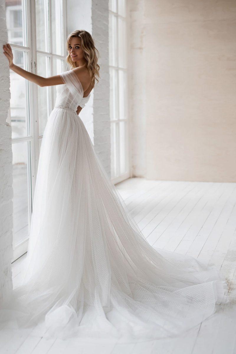 свадебное платье А-силуэта с открытыми плечами