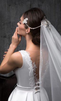 Лаконичное приталенное свадебное платье из атласа