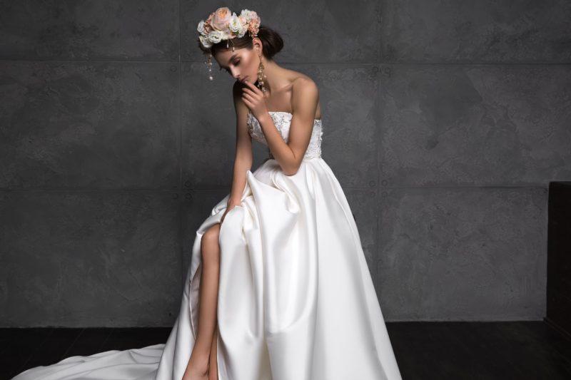 свадебное платье-бюстье с пышной атласной юбкой