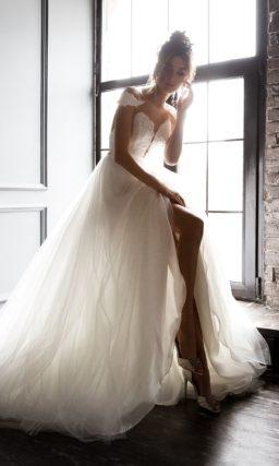 платье А-силуэта с пышной мерцающей юбкой