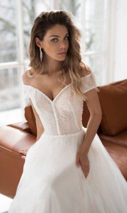 Элегантное свадебное платье А-силуэта с воздушной юбкой