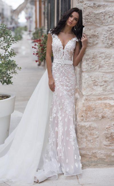 Свадебное платье с поясом и шлейфом