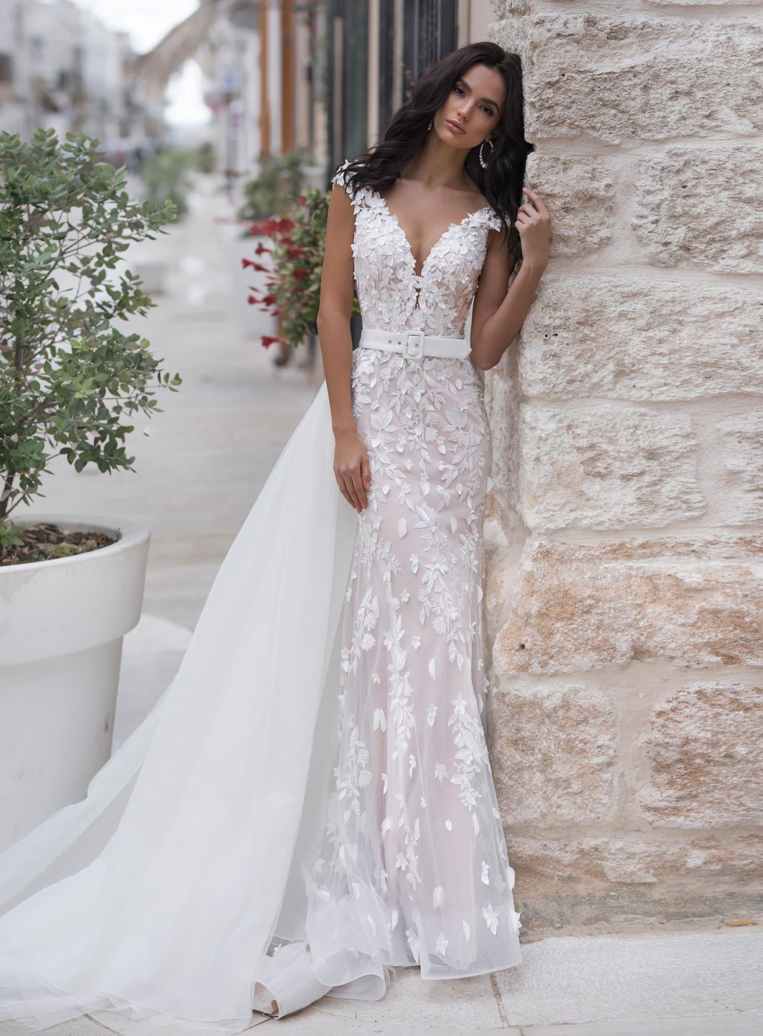 3aea7c92f66 Свадебное платье с поясом и шлейфом Naviblue Bridal Naira 18295 ...