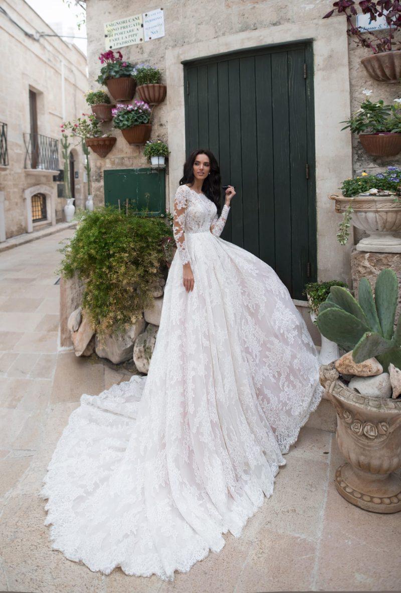 Пышное кружевное свадебное платье с длинными рукавами