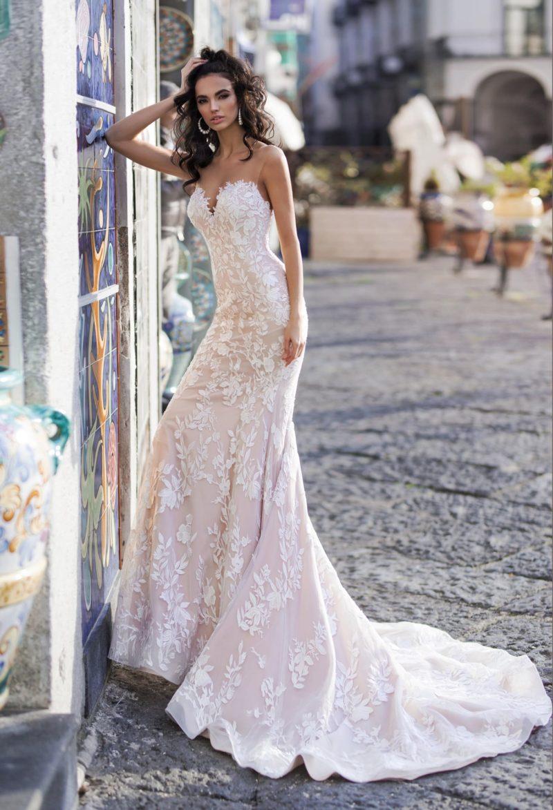 Пудровое свадебное платье силуэта «русалка»
