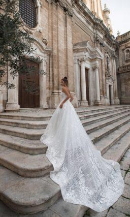 Свадебное платье-бюстье с длинным шлейфом