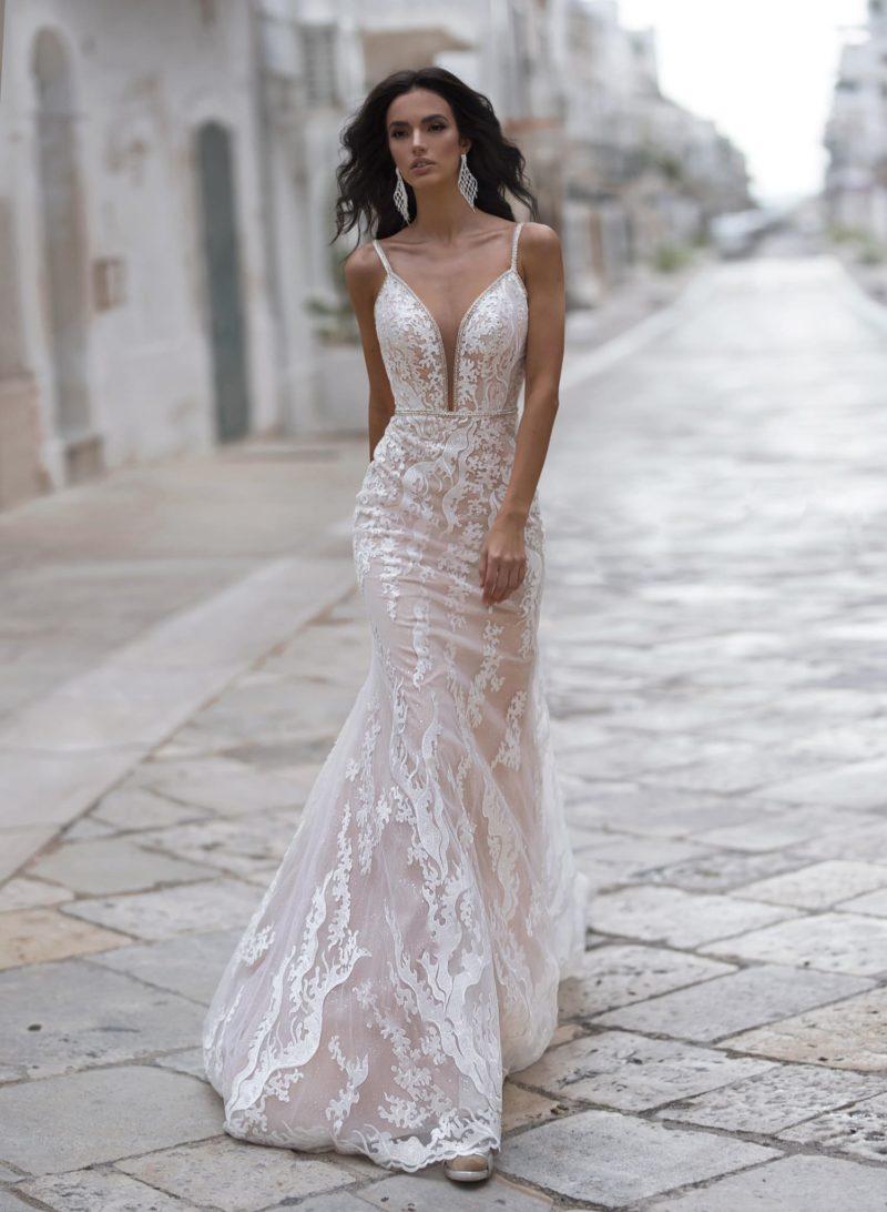 Открытое мерцающее свадебное платье-русалка пудрового цвета