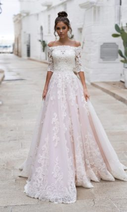 Кружевное свадебное платье А-силуэта пудрового оттенка