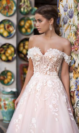 свадебное платье с воздушной юбкой и шлейфом