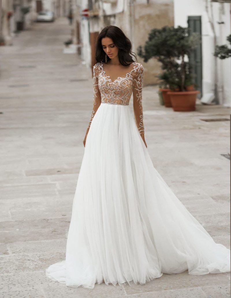 Лаконичное свадебное платье А-силуэта с воздушной юбкой