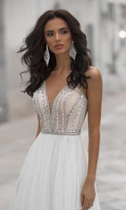 Приталенное свадебное платье с открытой спиной