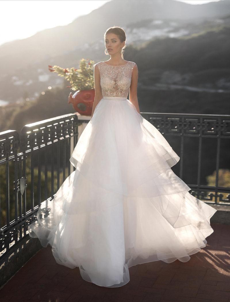 свадебное платье с асимметричной пышной юбкой