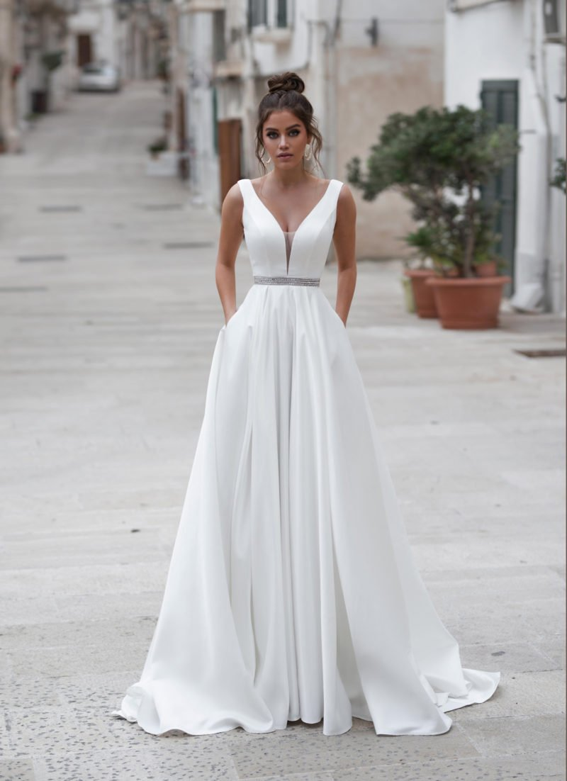 Минималистичное атласное свадебное платье