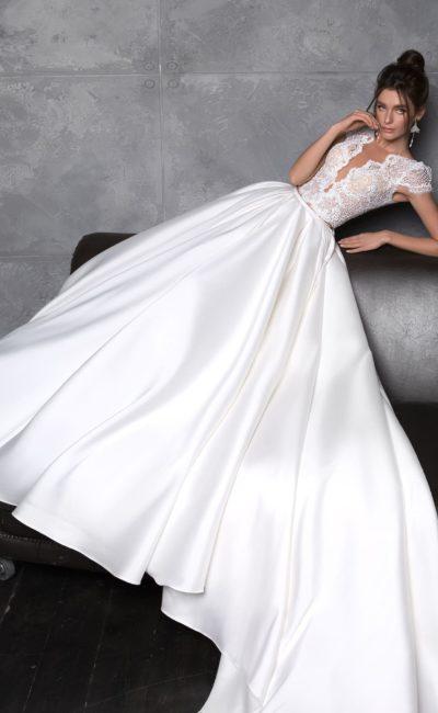Современное атласное свадебное платье