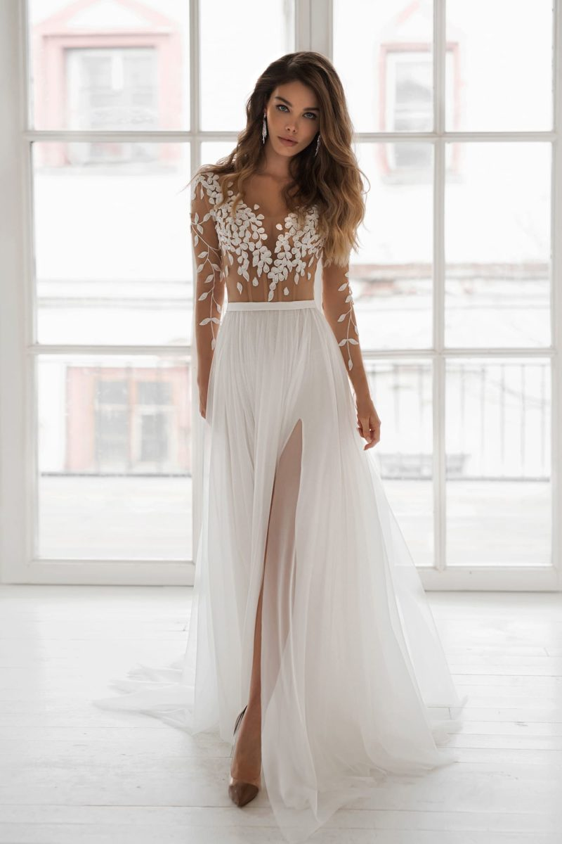 Эффектное свадебное платье с легкой юбкой