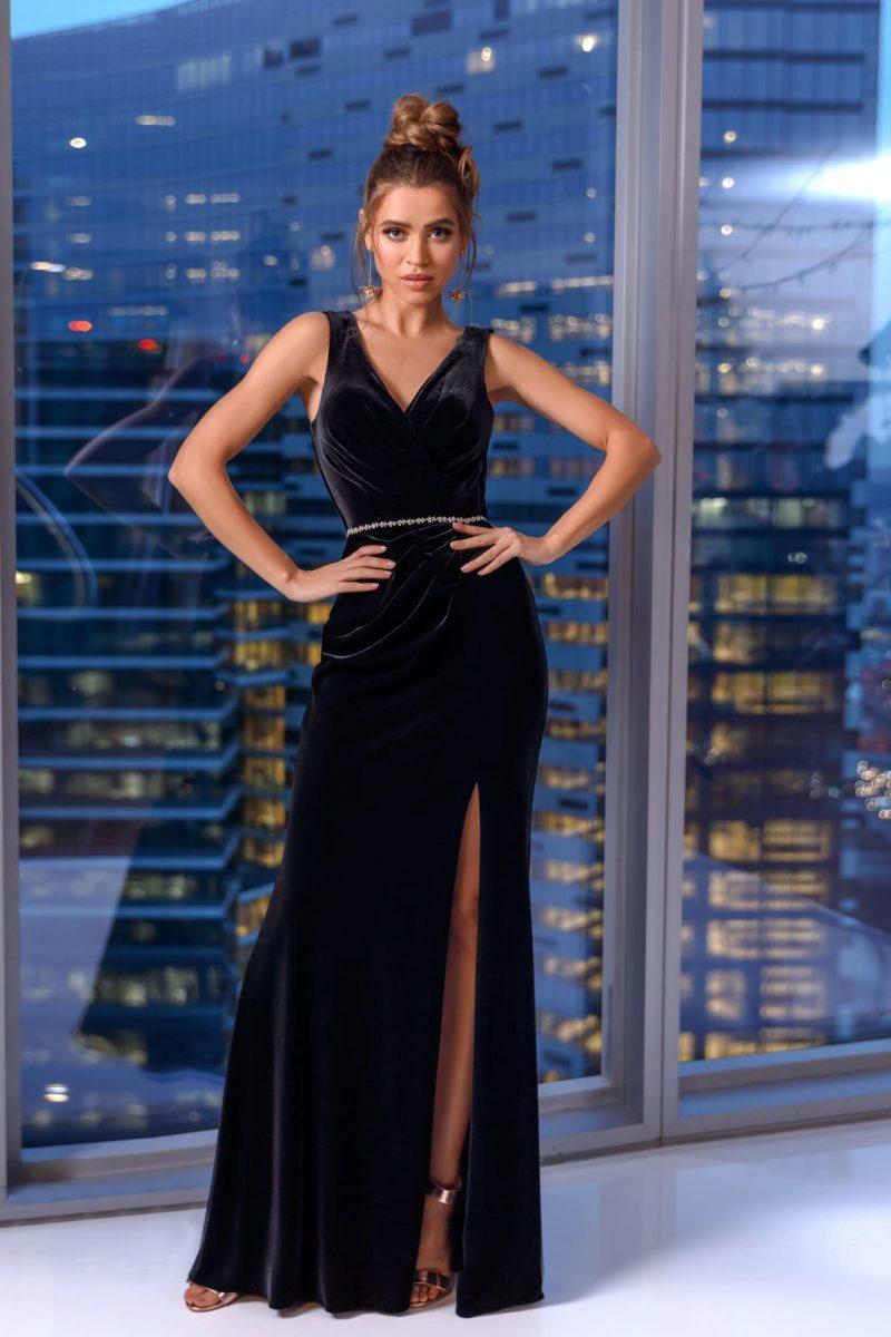 Длинное вечернее платье из эффектного черного бархата
