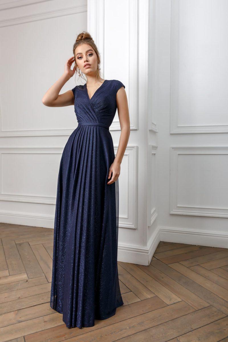 Лаконичное вечернее платье в пол глубокого синего оттенка