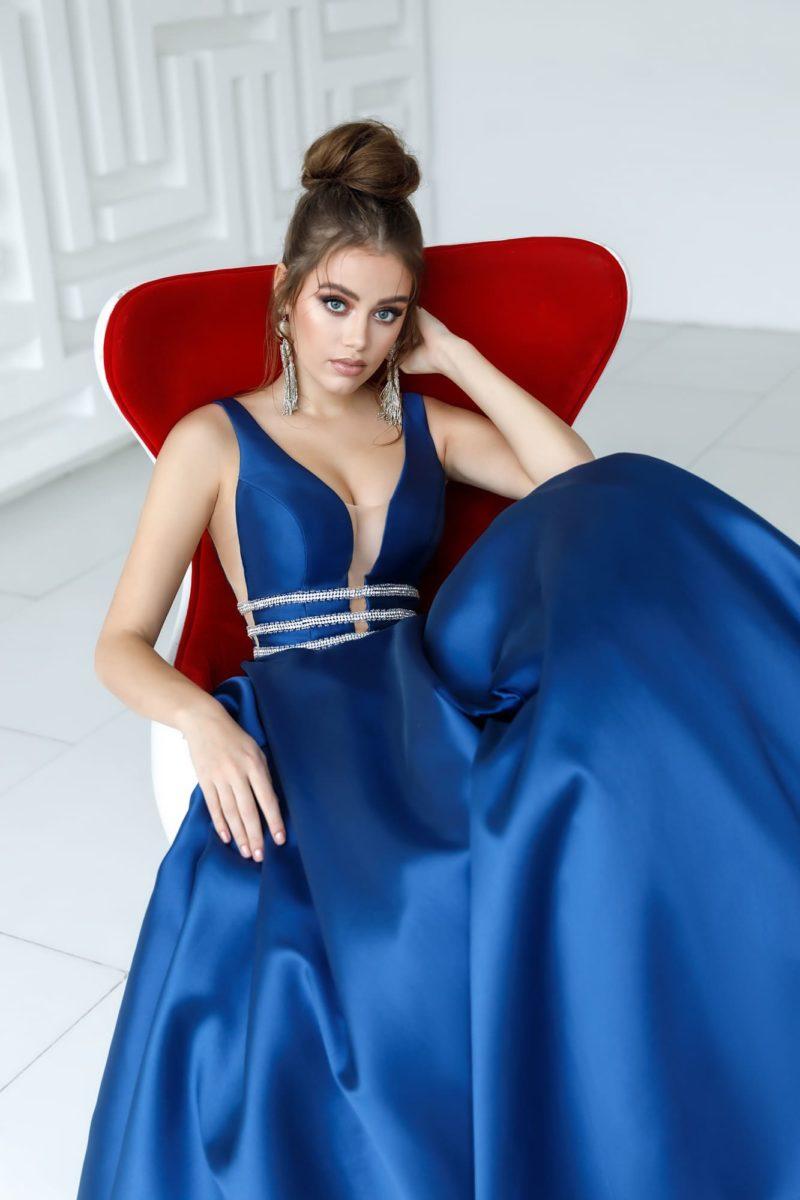 Длинное вечернее платье из синего атласа