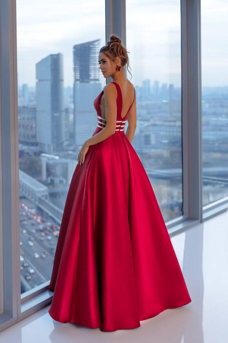 Пышное вечернее платье с объемной трапециевидной юбкой в пол